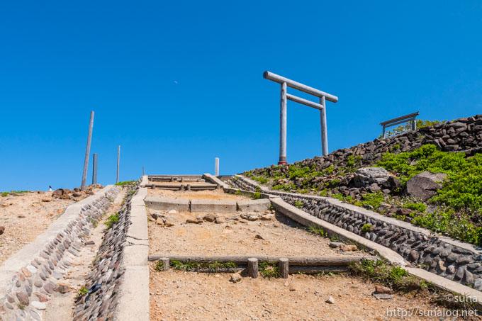 刈田嶺神社への坂道