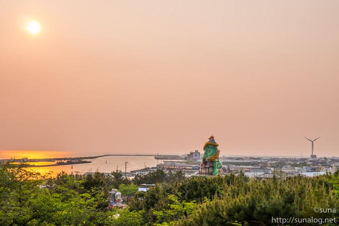 日本海に沈む夕日と立て山鉾