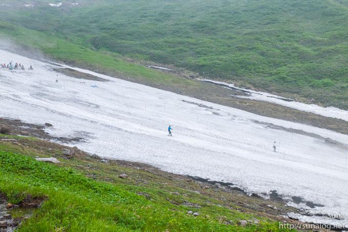 月山の夏スキーを楽しむ人