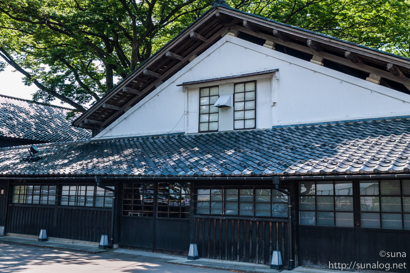 白壁が美しい山居倉庫