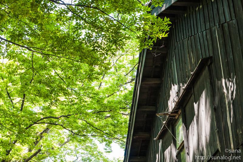 黒い木造の倉庫