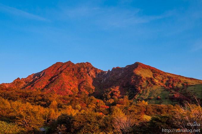 朝焼けに照らされる朝日岳