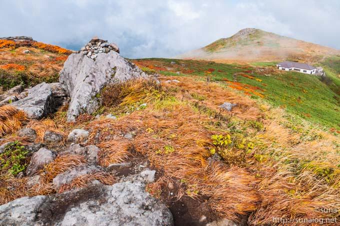 仏生池小屋と紅葉