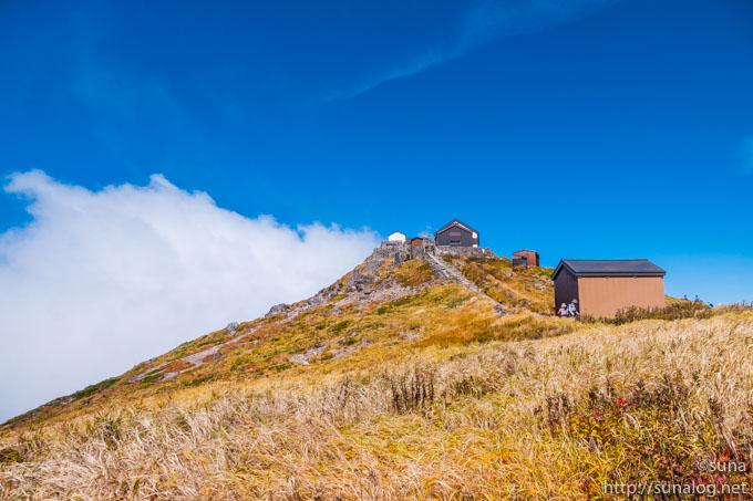 黄金の草紅葉と月山神社