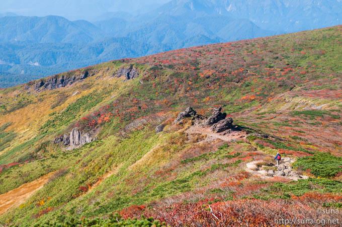 大きな岩と紅葉