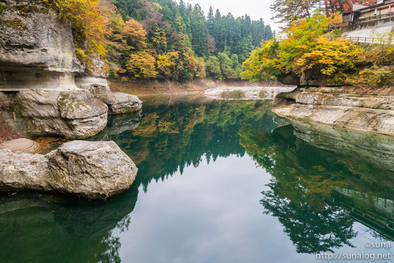 濃いグリーンの水面