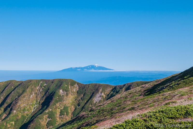 冠雪した鳥海山