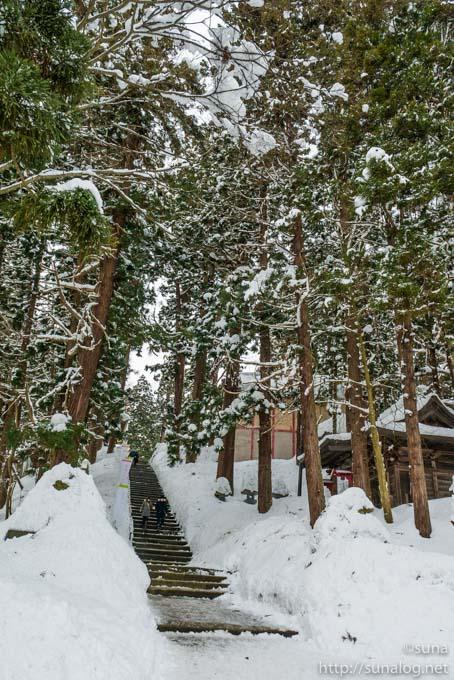 雪の熊野大社の階段