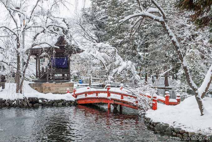 朱色の橋と池