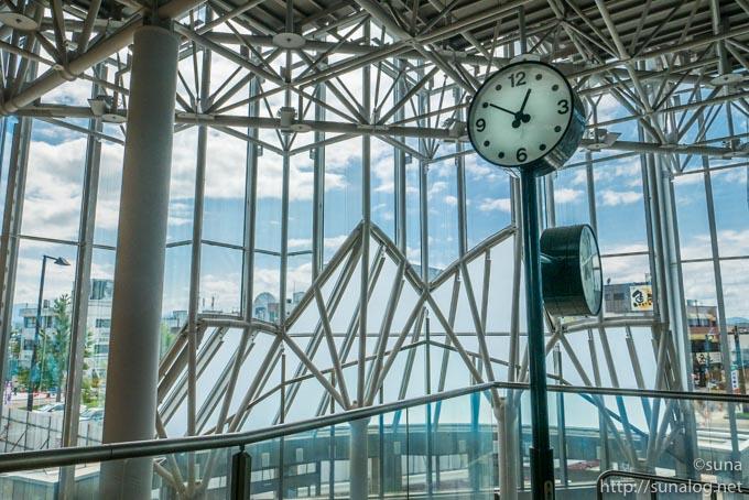 ガラス張りの新庄駅