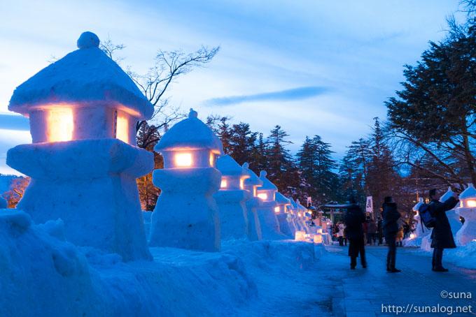 並ぶ雪灯篭