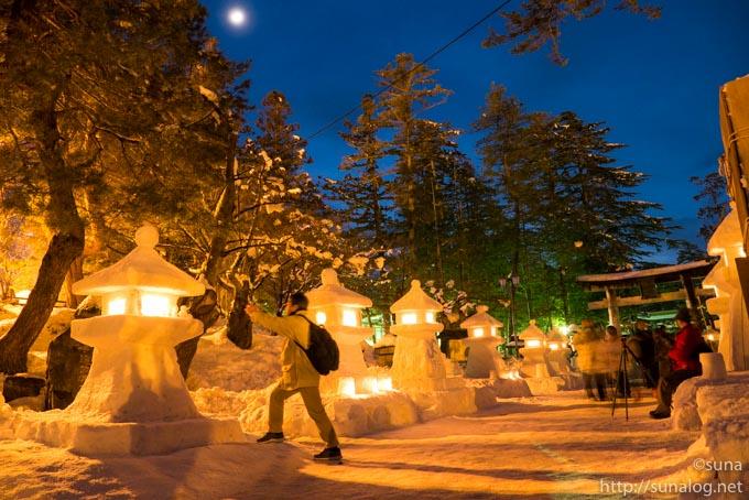雪灯篭の写真を撮る人