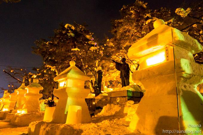 上杉鷹山の銅像と雪灯篭