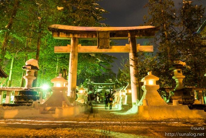 神社の鳥居と雪灯篭