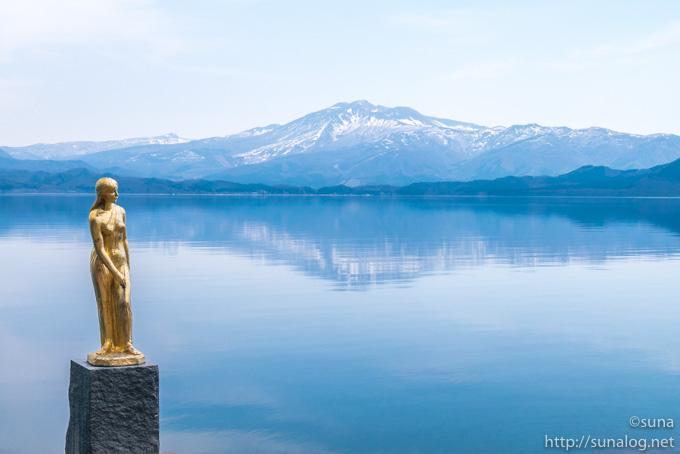 金色の辰子像と田沢湖と秋田駒ケ岳