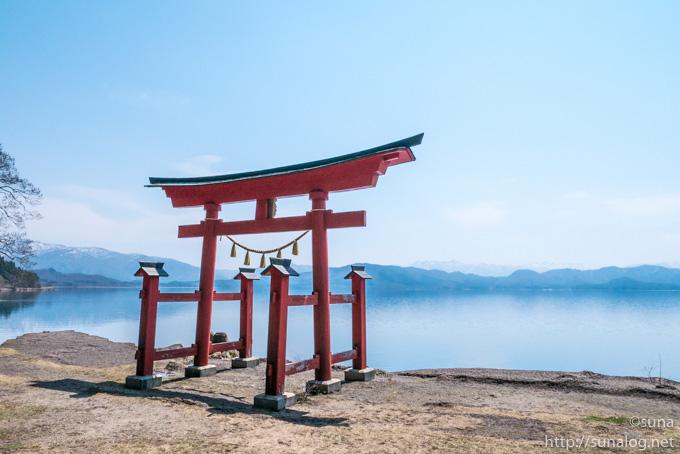 御座石神社の鳥居と田沢湖