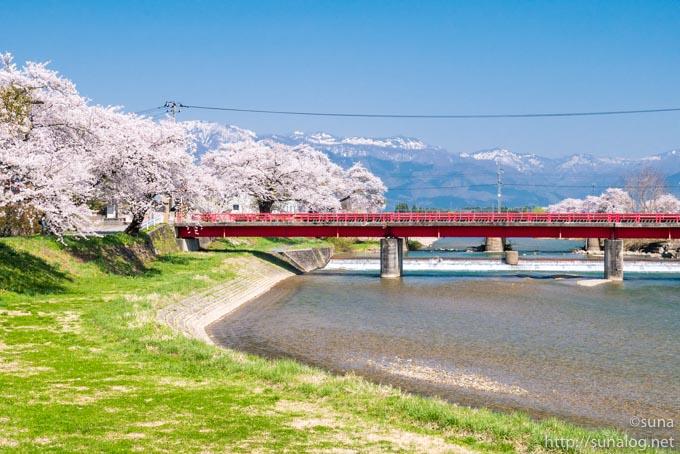 赤い橋と残雪の和賀岳?