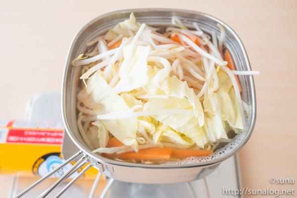 角型ラーメンクッカーに野菜投入